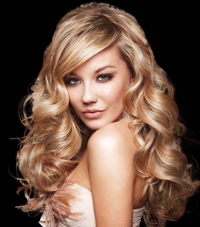 A long hairstyle gives angles to the face for an instant tensor effect