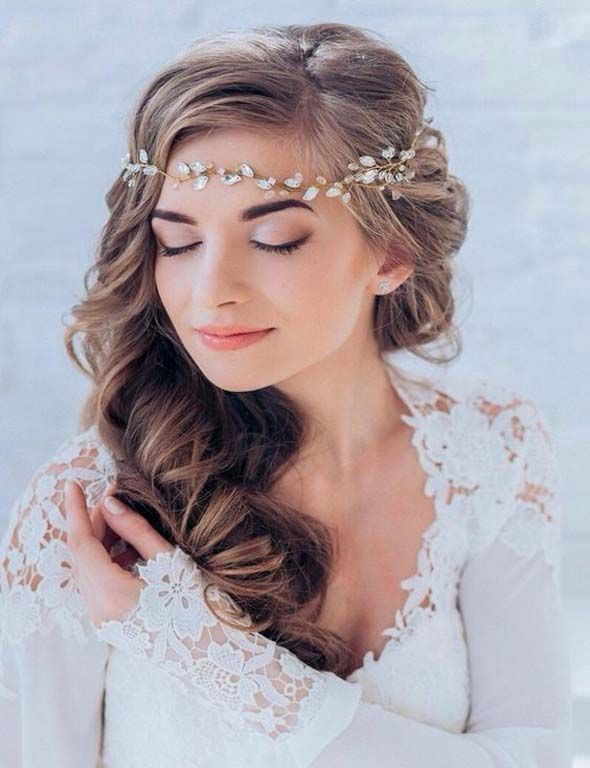 Classic and soft curls for a long bridal hairstyle on the side.