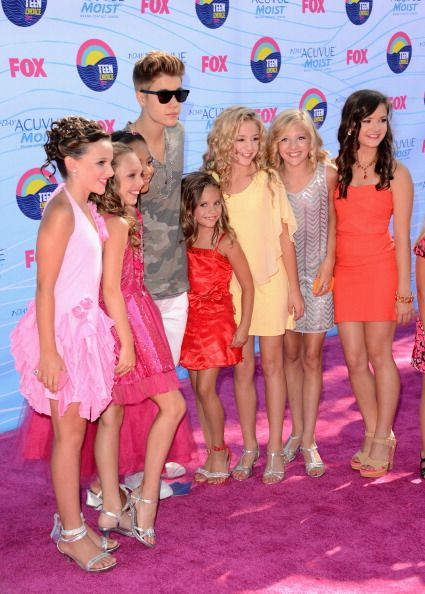 Maddie Ziegler met Justin Bieber with her sister, Mackenzie Ziegler, and her friends Nia Frazier, Brooke Hyland, Paige Hyland, Chloe Lukasiak and Kendall Vertes, at the Teen Choice Awards 2012